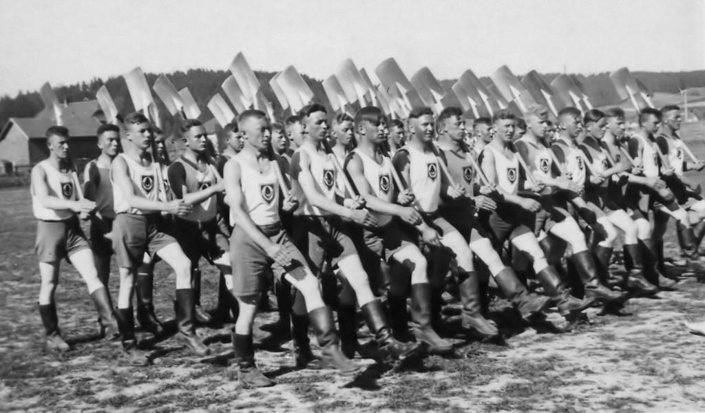 Paramilitärisch: Mit geschultertem Spaten im Gleichschritt