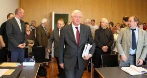 Das Kirchengericht betritt den Sitzungssaal (hier Kassel)