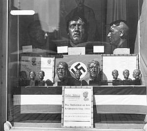 Hitlerbüsten aus allen Materialien und in jeder Größe