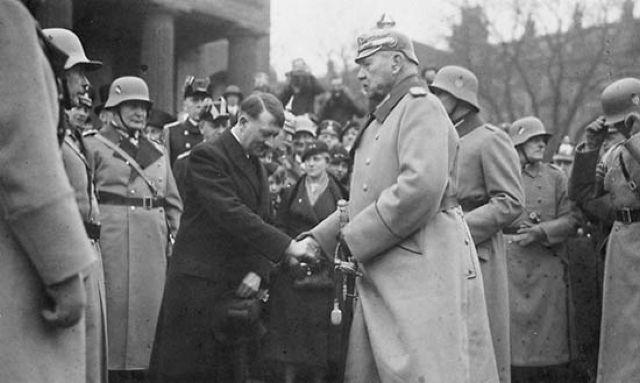 Händedrück zwischen dem Reichspräsidenten und dem Reichskanzler besiegelt die Diktatur am 30. Januar 1933