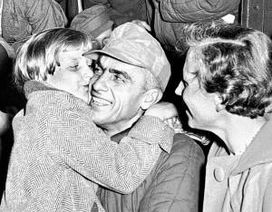 Freude und Tränen bei der Ankunft er Kriegsheimkehrer