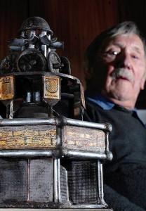 Manfred Kunkler mit dem Model des Brunnens