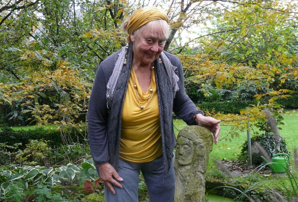 Erika Reichert-Maja und ihre Annette Droste-Hülshoff in ihrem Garten in Reken; Fotos (2): Maria Nienhaus