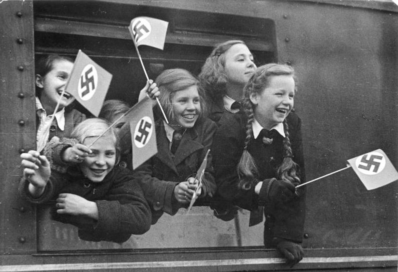 NS-Propagandabild; früher Abschied mit Hakenkreuzfähnchen; Foto: Bundesarchiv