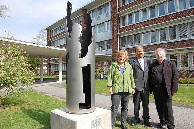 Metall-Stele am Rathaus stellt Kinderferienstiftung dar; Bilderklärung unten