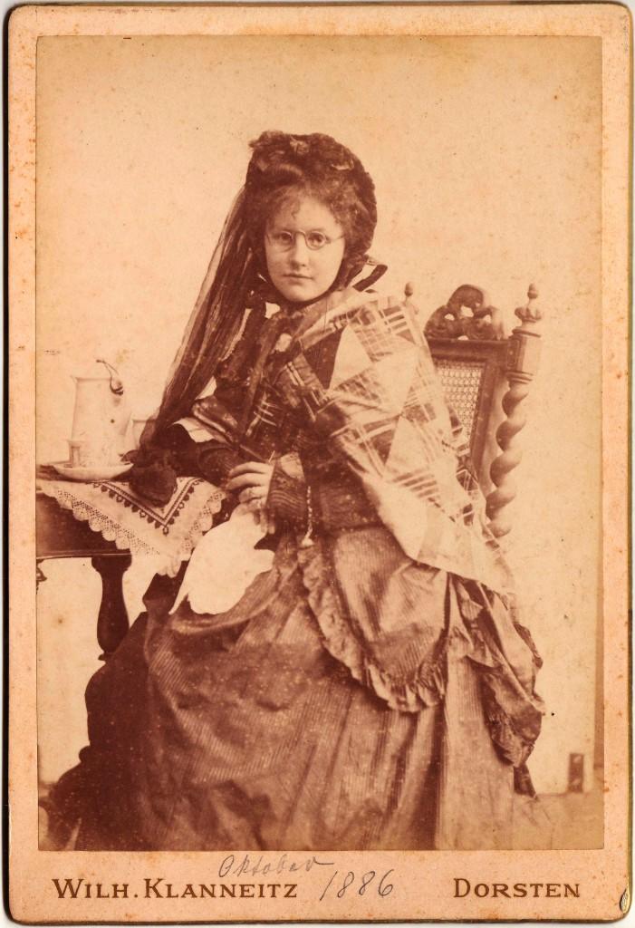 Liesel Joly beim Fotografen 1886