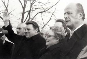 Agnes Hürland 1979 zwischen Bayerns Ministerpräsident Strauß und Bürgermeister Lampen
