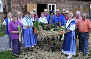 Fleißige Helfer: Aufstellen des Erntekranzes 2011; Foto: Guido Bludau (Wulfen-Wiki)