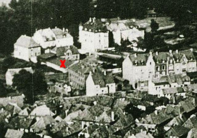 Das Gefängnis am heutigen Willy Brandt-Ring, das bei der Bombardierung zerstört wurde, Luftbild von 1925