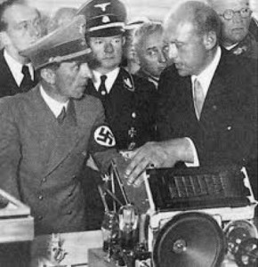 H. Glasmeier in SS-Uniform, links Minister Goebbels