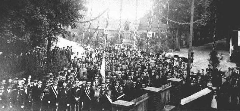 """Einweihung der """"Germania"""" (Hintergrund Mitte) 1896 u. a. mit Veteranen des Kriegervereins"""