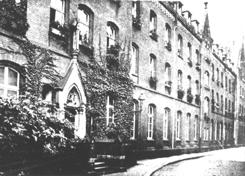 Gebäudefront mit Pforte zur Klosterstraße