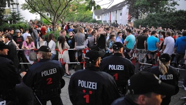 Polizisten vor dem Haus derjenigen, die zur Party über facebook eingeladen hatte (nicht Dorsten)