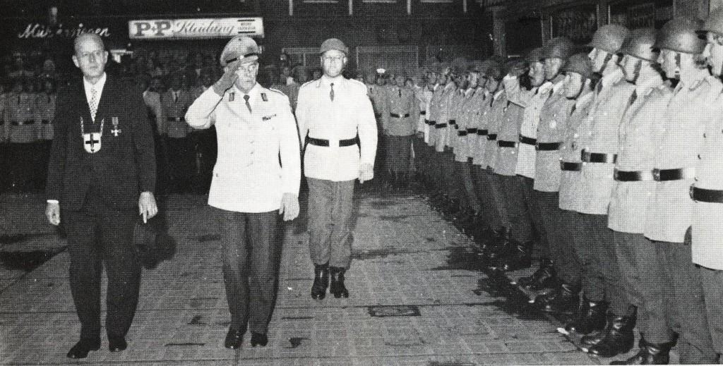 Vereidigung der Rekruten auf dem Marktplatz in den 70er-Jahren mit BM Lampen und Brigadegeneral Rose