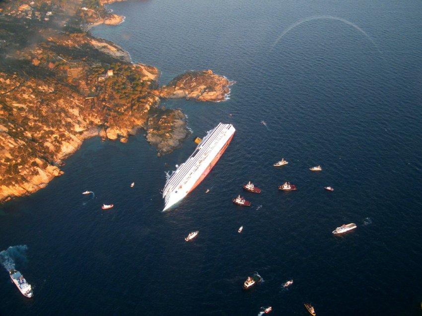 """Die gekenterte """"Costa Concordias"""" am 14. Januar 2012, einen Tag nach der Havarie; Foto: AFP"""
