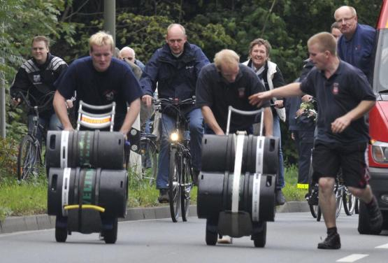 Bierfassrennen 2010 das erste Mal wieder veranstaltet: Mit den Fässchen über Weg und Steg; Foto: Wulfen-Wiki