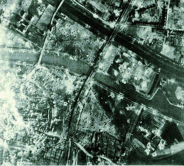 Zwei Tage nach der großen Bombardierung am 22. März 1945: Noch rauchen die Trümmer in der Altstadt