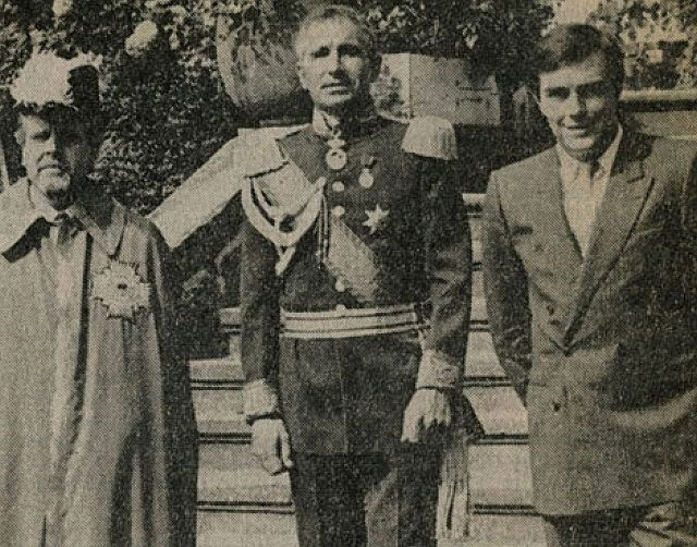 Ordensmarschall Prof. Klenk, Prinz Frédéric von Anhalt und Michael Vaupel auf der Freitreppe von Schloss Lembeck (v. l.)