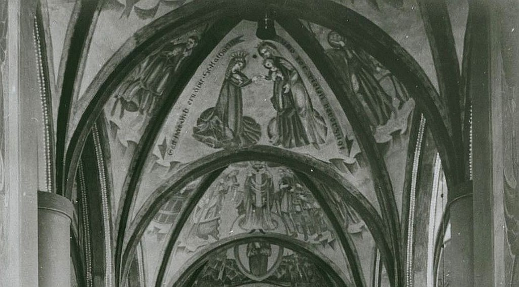 Expressive Deckenbemalung in der Vorkriegskirche