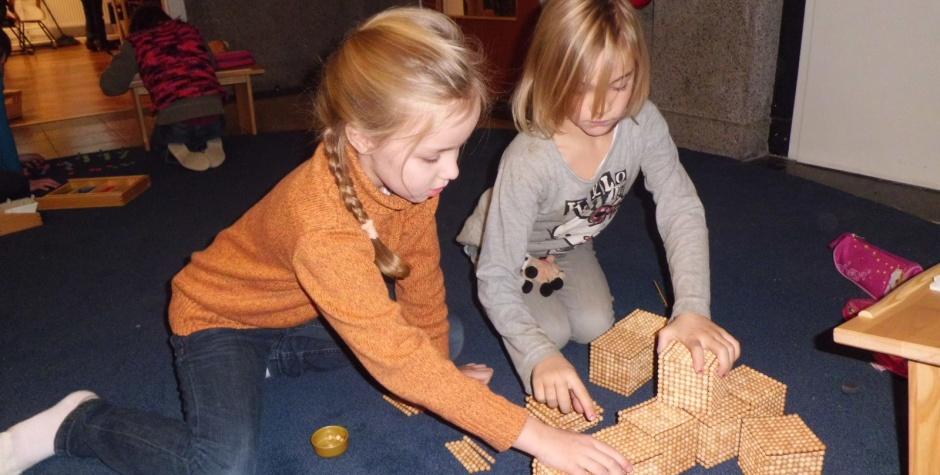 Szene aus der Montessori-Grundschule; Foto entnommen der Website der Schule (2015)F