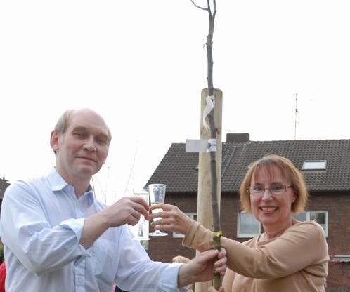 Ehepaar Somberg Romanski planzt zur Silbernen Hochzeit einen Birnbaum