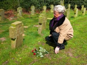 Regina Leue am Grab ihres Vaters in Holsterhausen; Foto: Wolf Stegemann