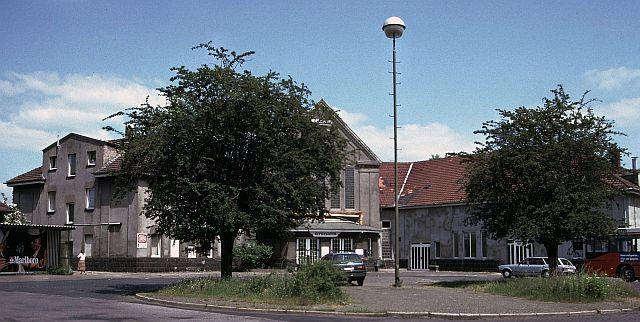 Holzplatz mit dem ehemaligen Bahnhofsgebäude