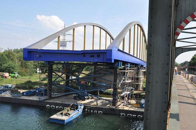 Einschwimmen der neuen Kanalbrücke; Foto: Guido Bludau
