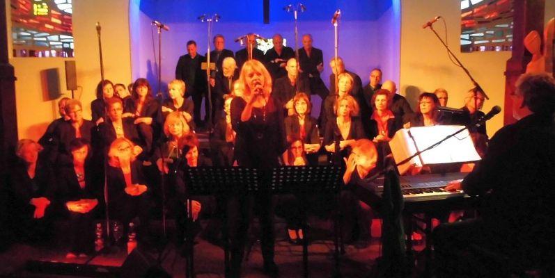 Gospelchor Enjoy mit dem Leiter Christian LLöer (re.) und der Solistin Christa Nienhaus-Rekers (Mitte); Foto: Wolf Stegemann