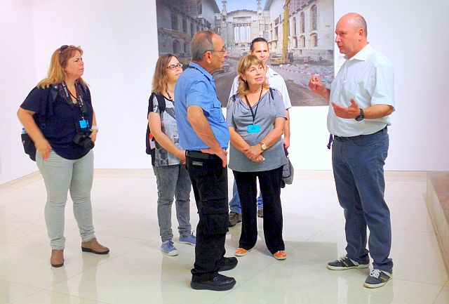 BdM Michael Gerdes (r.) und die Familie Löwenthal im Bundestag; Foto: Petra Somberg