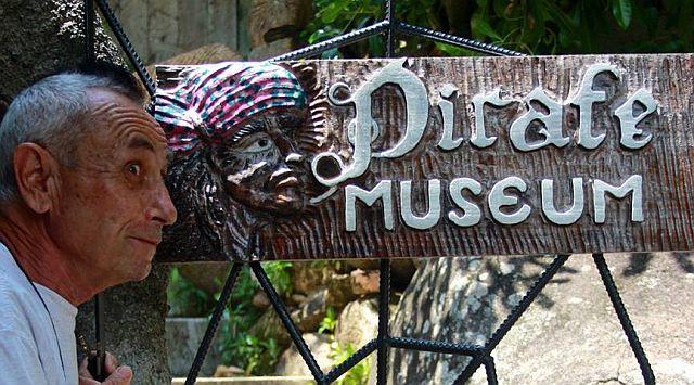 Antonio Filippin vor seinem Piratenmuseum auf den Seychellen