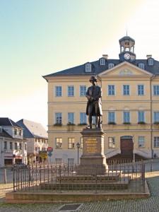 Marktplatz mit Gellert-Denkmal und Rathaus (heute)