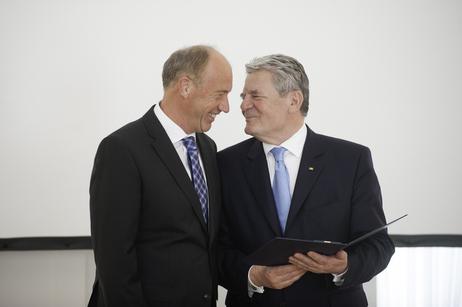 Joachim Glauck verleiht Imping das Bundesverdienstkreuz; Foto: Ordenskanzlei