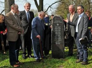 Setzung eines Gedenksteins auf dem jüd. Friedhof in Wulfen 2014; Foto: Wulfen-Wiki, Guido Bludau