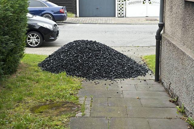 Deputat: Solche Kohlenkaufen - Koks oder Briketts - waren früher noch ein tägtlicher Anblick in den Straßen