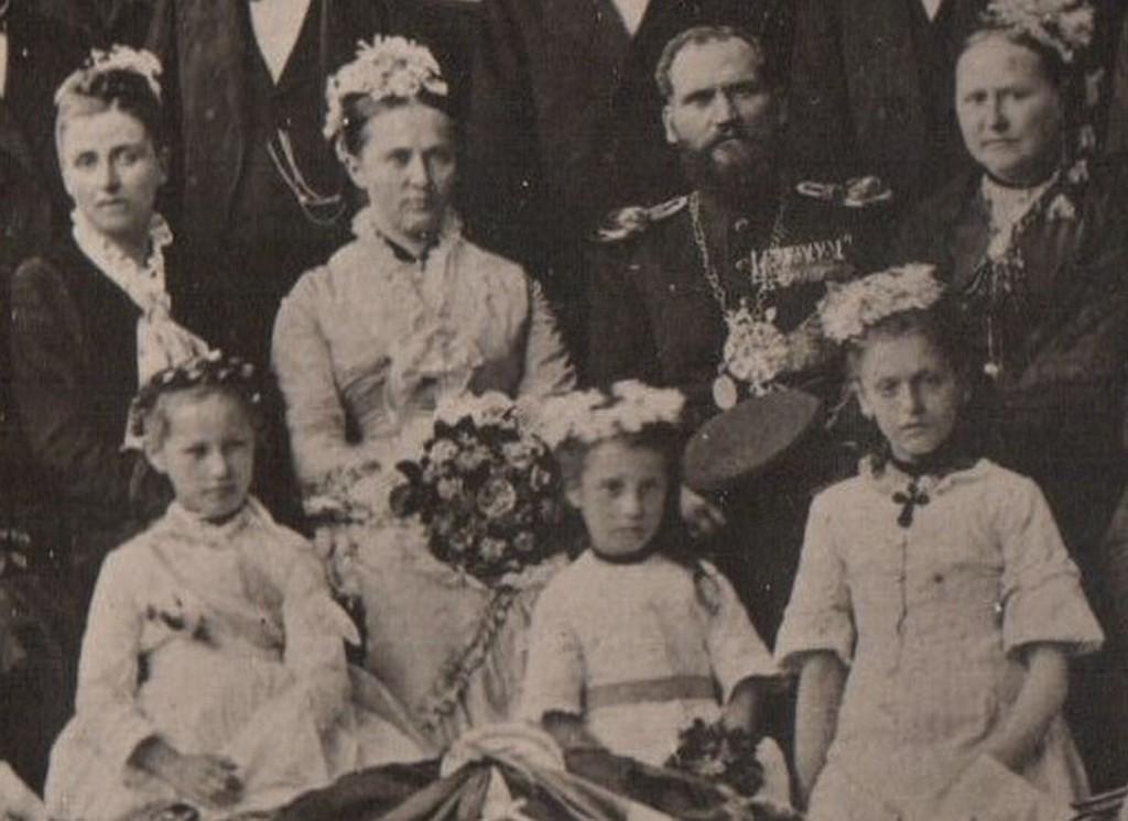 Von links: Mathilde von Lattorf, Christine Peus, Artur von Lattorf, BM-Gattin Geißler, davor die Mädchen Eggebrecht, von Cloedt und Cirkel