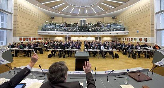 Plenarsaal der Landesversammlung , in der 18 Kreise und 9 kreisfreie Städte vertreten sind