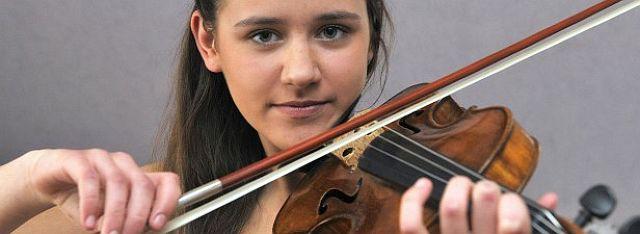 Die junge Geigerin Jule Isabel Williams hat beim Landeswettbewerb NRW den ersten Platz erreicht. Foto: Franz Meinert
