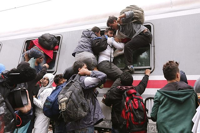 Flüchtlinge zwängen sich auf dem Balkan in einen Zug, der sie zur nächsten GRenze bringt