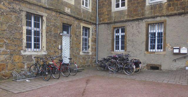 Jetzt Fahrräder vor dem Michaelisstift; Foto: Wolf Stegemann