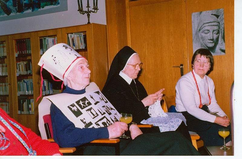 Karneval im Kloster; Sr. Paula (Tisa von der Schulenburg, l.)
