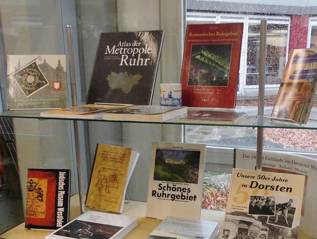 Vitrine mit Heimatliteratur; Foto: Wolf Stegemann