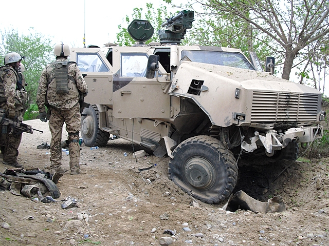 """Ein auf eine Miene gefahrened """"Dingo""""-Fahrzeug der Bundeswehr in Kkel"""
