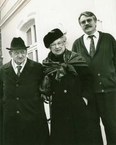Dr. Selig Auerbach mit Frau Hilda 1993 am Jüdischen Museum; rechts Wolf Stegemann