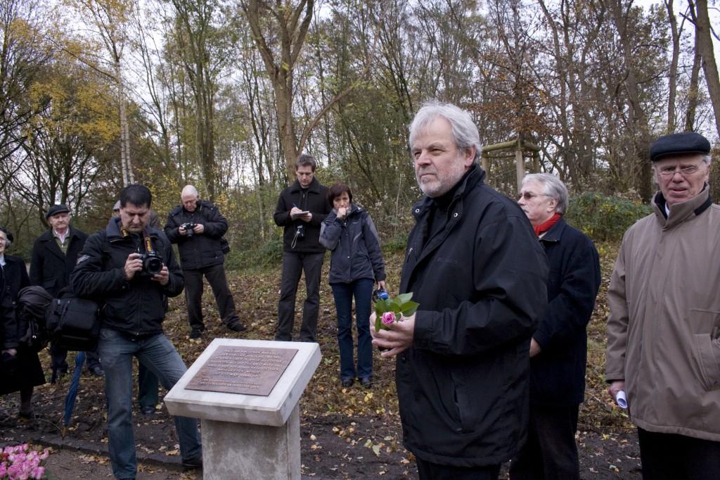 Anbringung der Tafel am Gleis; vorne: BM Lütkenhort, Wolf Stegemann, Gregor Duve (n. l.) vom Geschichtskreis