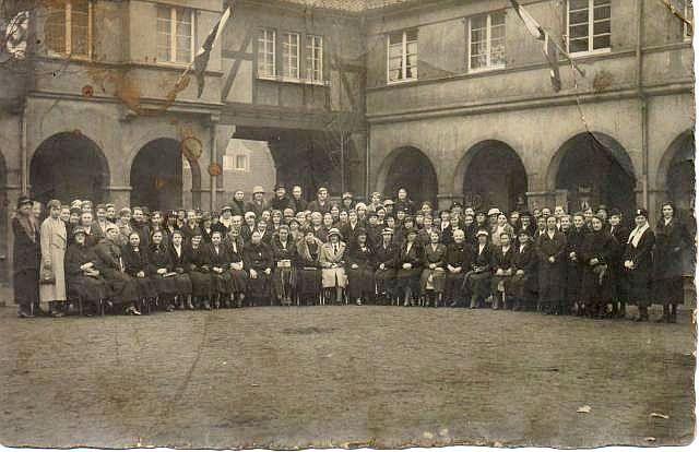 NS-Frauenschaft vor dem Braunen Haus in Hervest-Dorsten (Brunnenplatz)
