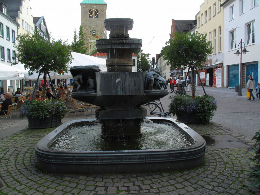 Stadtbrunnen am Markt mit Szenen aus der Stadtgeschichte