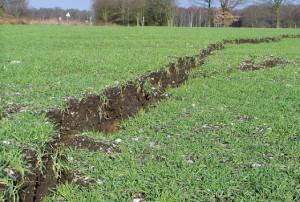 Abbruchkante quer über ein Feld