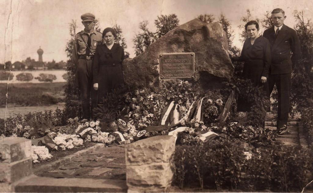 Sadecki-Denkmal bei der Einweihung (heute verschwunden)