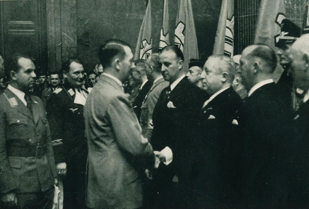 Teppichfabriken Ludwig und Hermann Schürholz erhalten von Hitler die Goldene DAF-Fahne